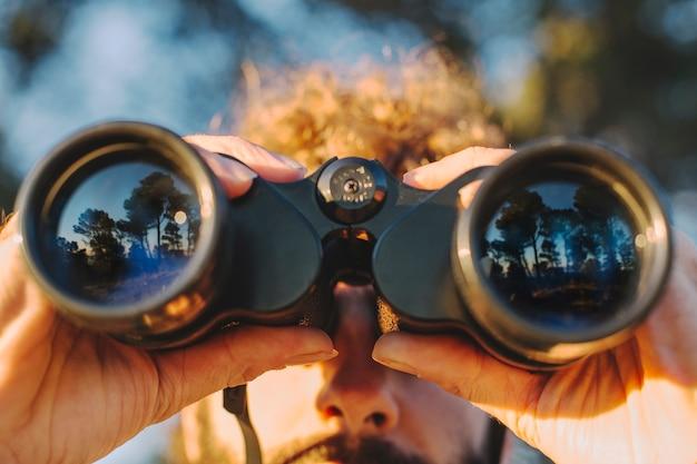 Primer plano hombre con binoculares
