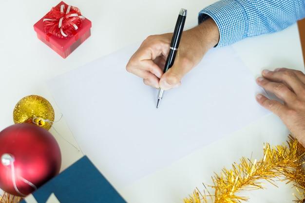 Primer plano, de, hombre, componer, carta, en la mesa