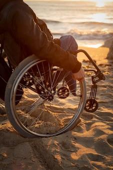 Primer plano hombre discapacitado en la playa