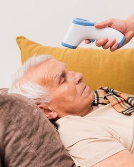 Primer plano hombre enfermo tendido en el sofá