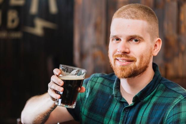 Primer plano de un hombre feliz bebiendo cerveza f876b6747e5c