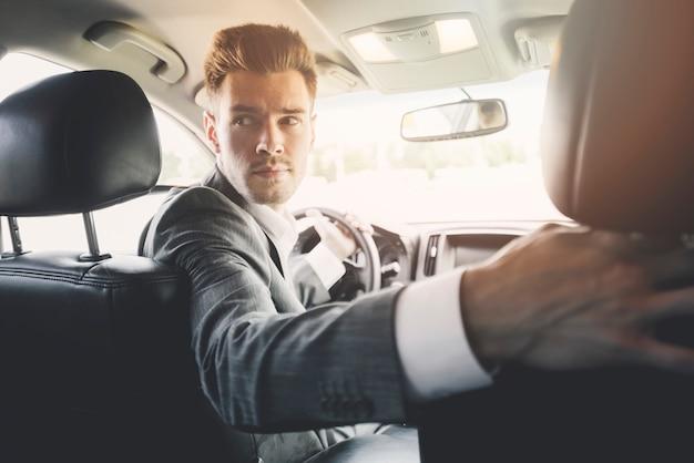 Primer plano de hombre guapo conducción inversa