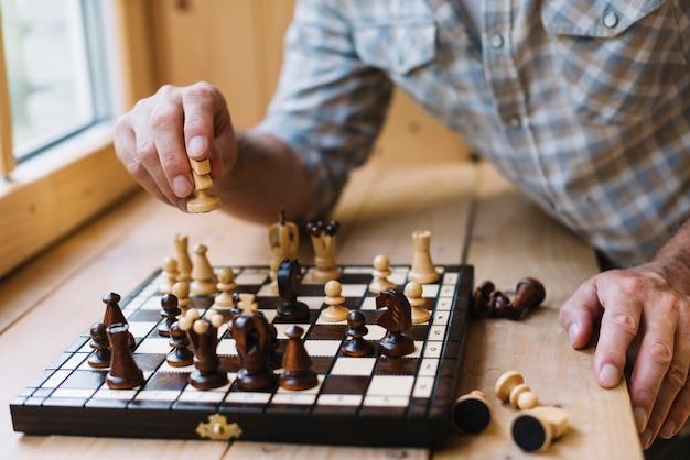 Primer plano, de, hombre, jugar al ajedrez