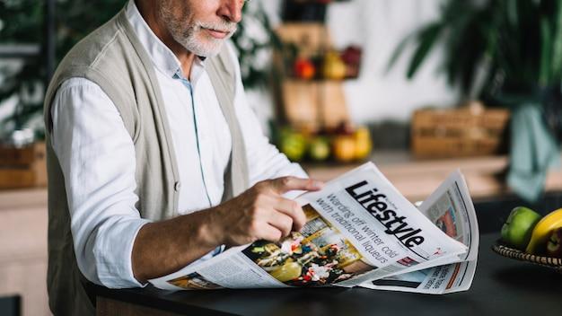 Primer plano de hombre leyendo periódico