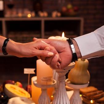 Primer plano, hombre y mujer, manos de valor en cartera