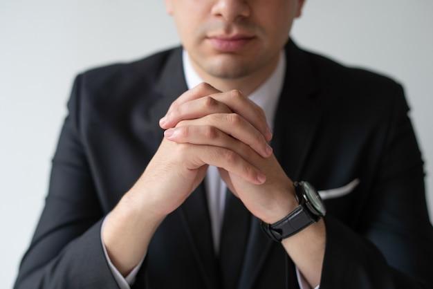 Primer plano de hombre de negocios con las manos juntas
