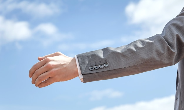 Primer plano de un hombre de negocios mostrando su mano abierta