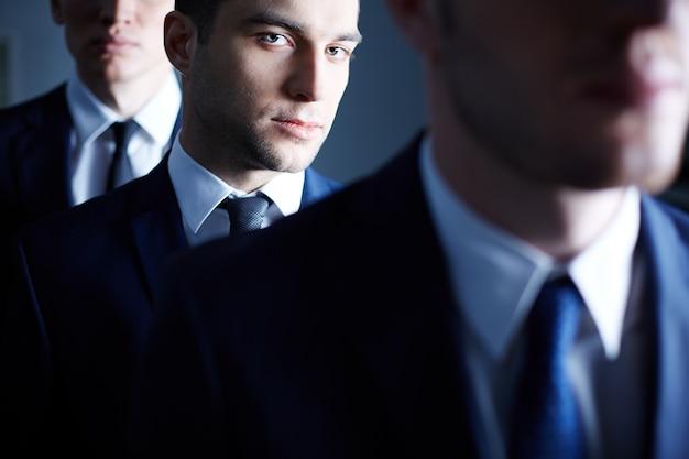 Primer plano de hombre de negocios seguro