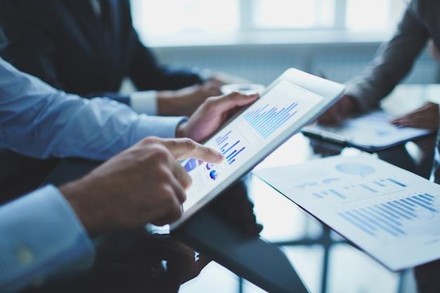 Primer plano de hombre de negocios con tableta digital