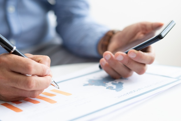 Primer plano de hombre de negocios trabajando con diagrama