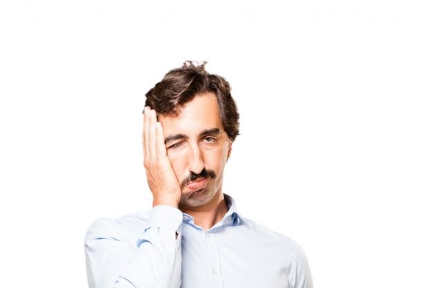 Primer plano de hombre preocupado con la mano en su cara