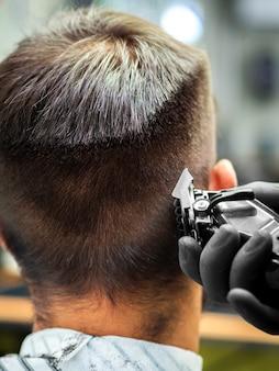 Primer plano del hombre que consigue un nuevo corte de pelo