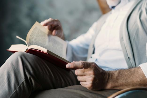 Primer plano del hombre que pasa las páginas del libro.