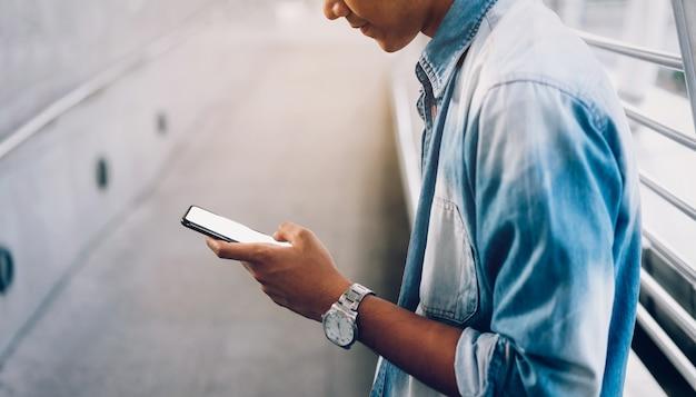 Primer plano del hombre que sostiene un teléfono inteligente