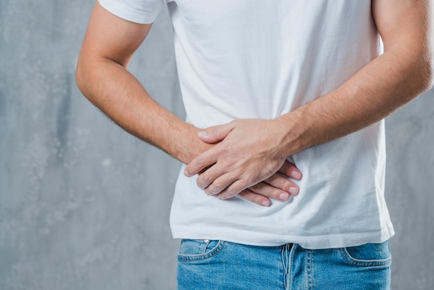 Primer plano de un hombre que sufre de dolor abdominal