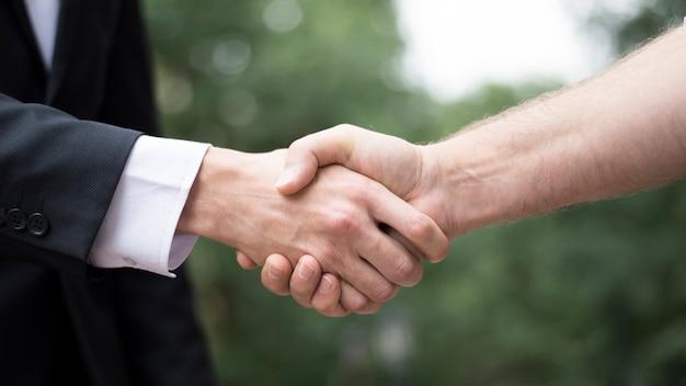 Primer plano, de, hombre, sacudarir las manos