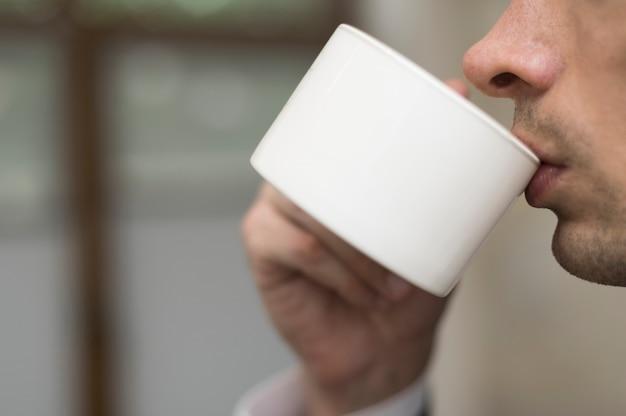 Primer plano del hombre tomando café