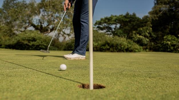 Primer plano de un hoyo de golf. bali. indonesia.