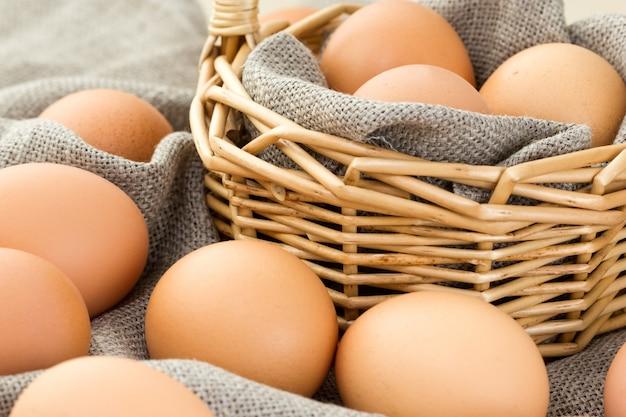 Primer plano de huevos marrones en la cesta