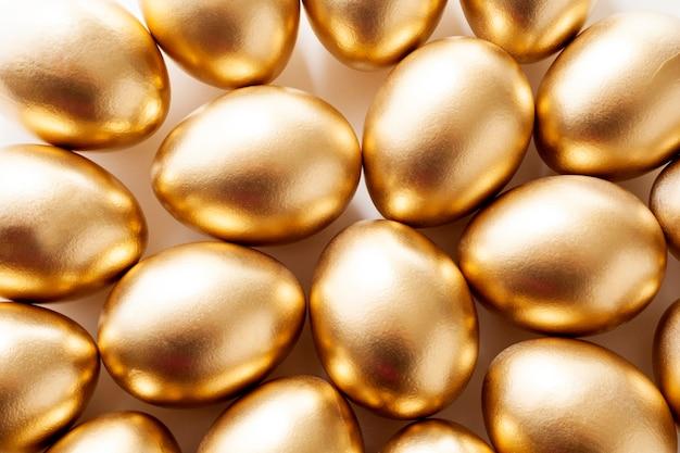 Primer plano de huevos de oro. el concepto de pascua.