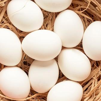 Primer plano de huevos de pascua blancos estacionales