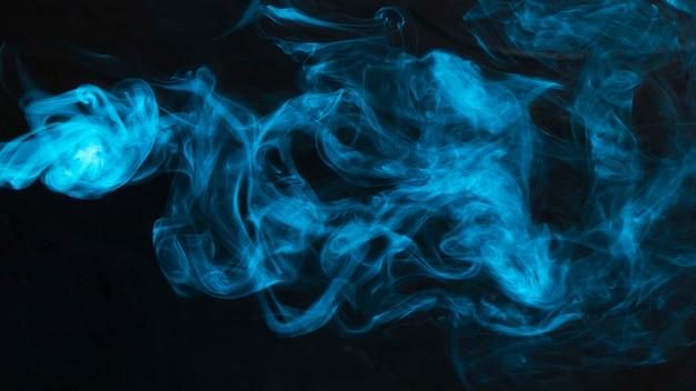 Primer plano de humo azul sobre fondo abstracto