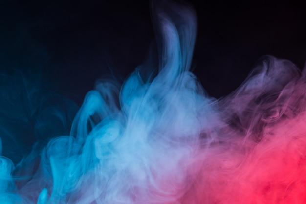 Primer plano de humo colorido sobre negro