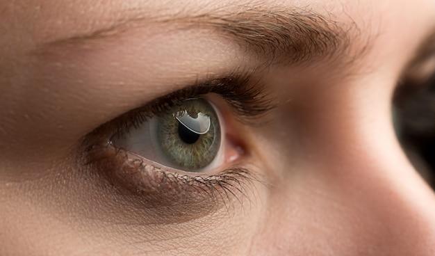 Primer plano del increíble ojo derecho de color verde esmeralda femenino