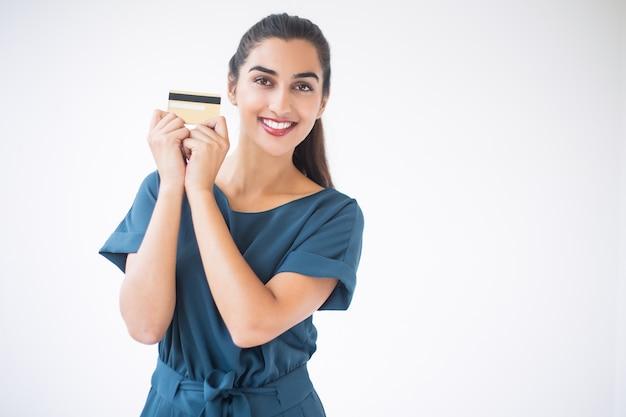 Primer plano de indio sonriente señora que muestra la tarjeta de crédito