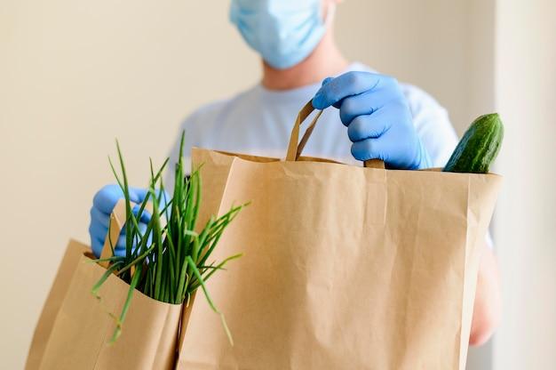 Primer plano individual entregando comestibles