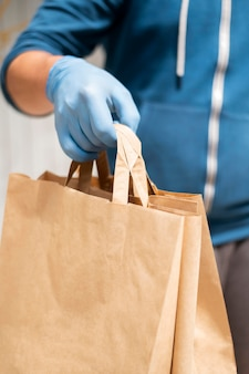 Primer plano individual entregando productos pedidos