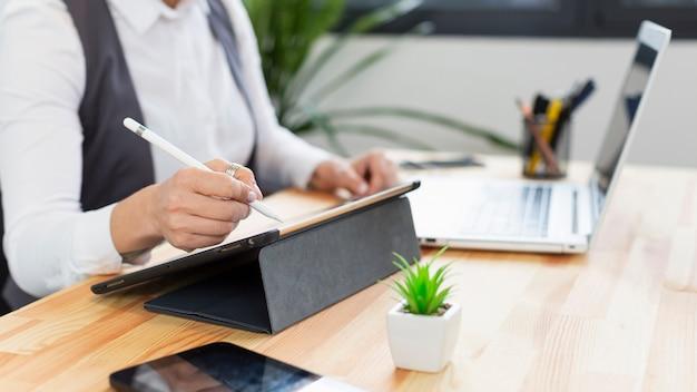 Primer plano individual trabajando en tableta