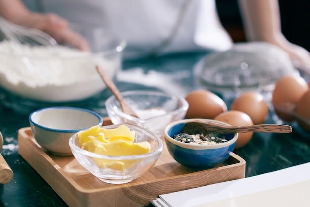 Primer plano de ingredientes alimenticios para hornear galletas