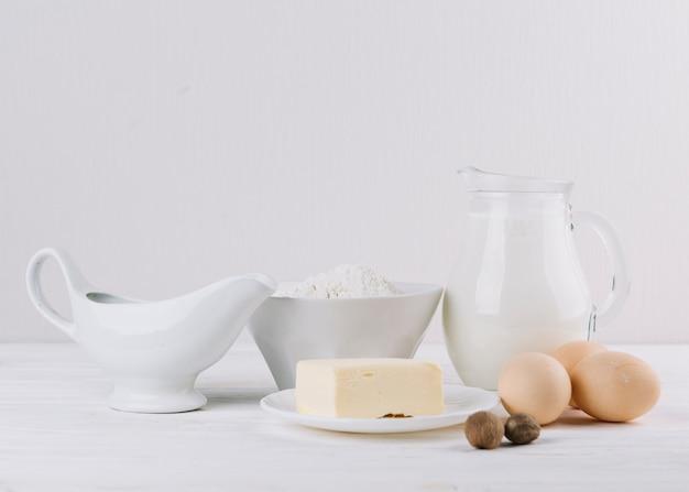 Primer plano de ingredientes de alimentos saludables sobre fondo blanco