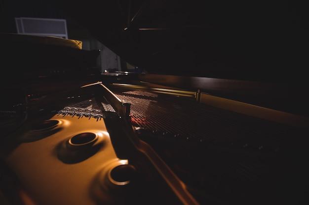 Primer plano del instrumento de piano