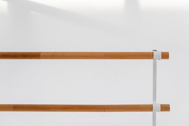 Primer plano interior ballet barandilla de madera