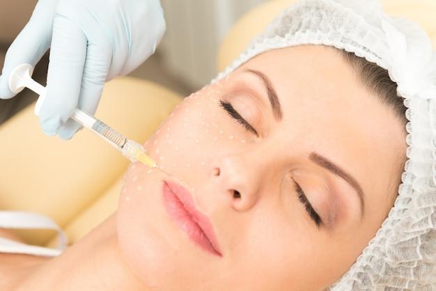 Primer plano de la inyección cosmética