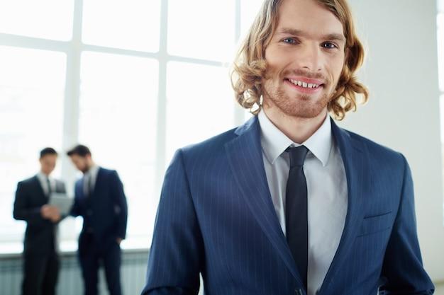 Primer plano de joven empresario con una gran sonrisa