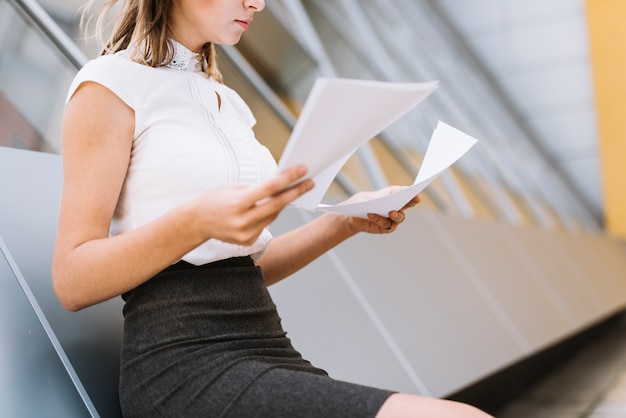 Primer plano de un joven empresario verificando los documentos