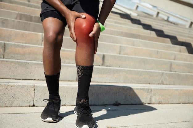 Primer plano de un joven con lesión en la rodilla