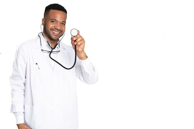 Primer plano del joven médico negro afroamericano sonriente y feliz con estetoscopio en aislado