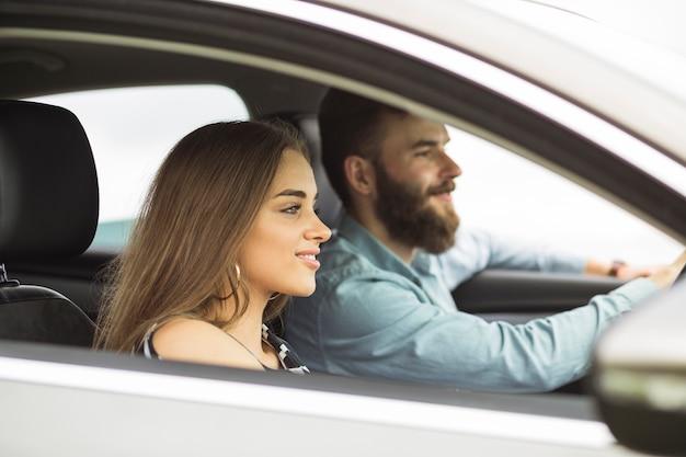 Primer plano de la joven pareja sentada en el coche