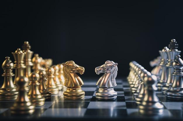 Primer plano del juego de tablero de ajedrez del equipo de oro y plata
