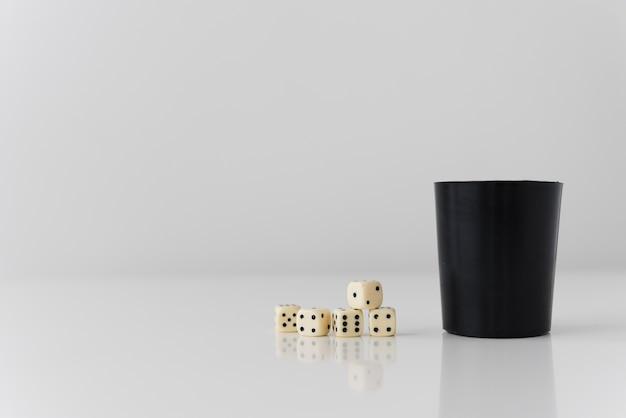 Primer plano de juego yahtzee en mesa blanca