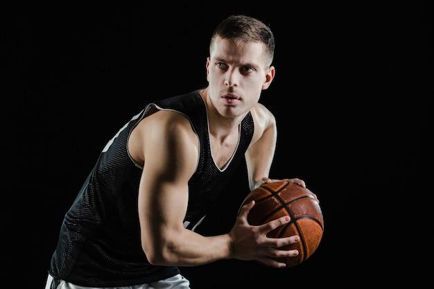 Primer plano de jugador de baloncesto profesional entrenando