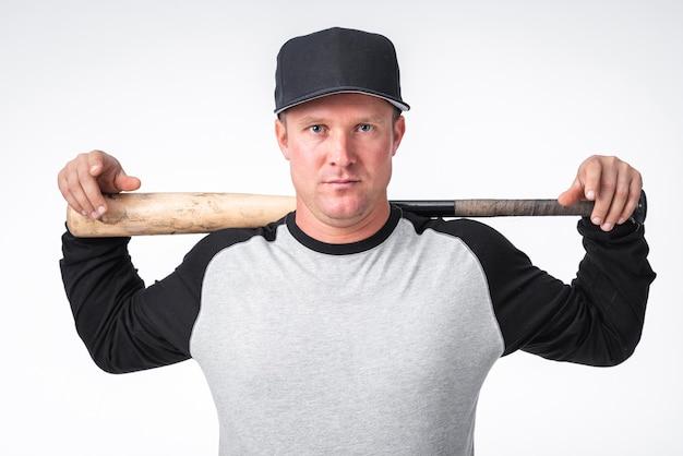 Primer plano del jugador de béisbol con bate y gorra