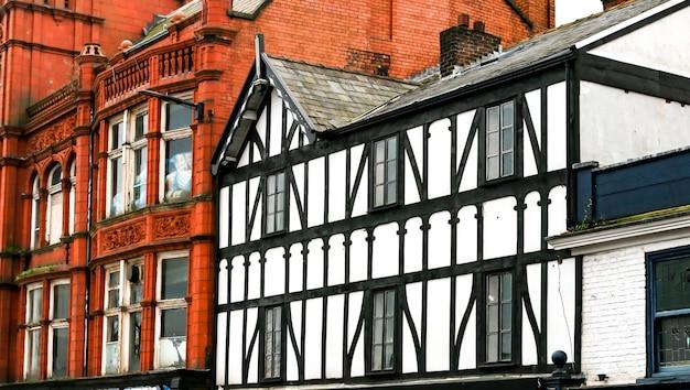 Primer plano de ladrillo tradicional y edificios franceses con entramados de madera en un casco antiguo