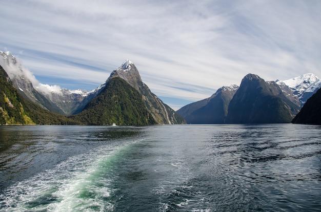 Primer plano de un lago y montañas en milford sound, nueva zelanda