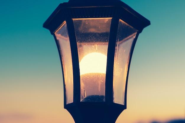 Primer plano de una lámpara de calle que brilla intensamente