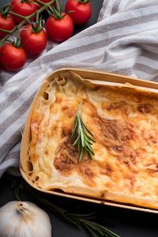 Primer plano de lasaña deliciosa en bandeja sobre el mostrador de la cocina